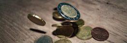 Euro Geldmünzen fallen auf Tisch