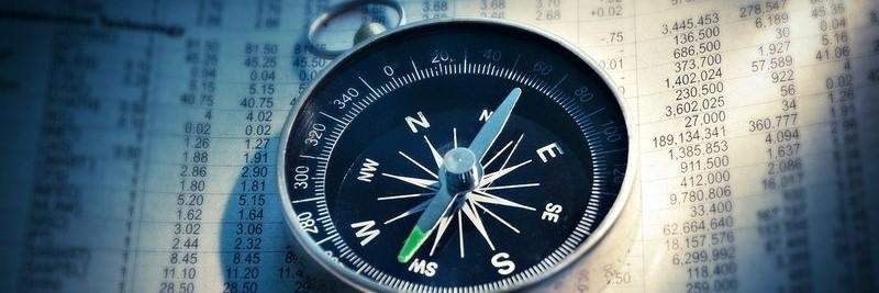 Kompass liegt auf Börsenzeitschrift
