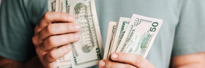 Mann zählt Dollarscheine - Anleihen kaufen