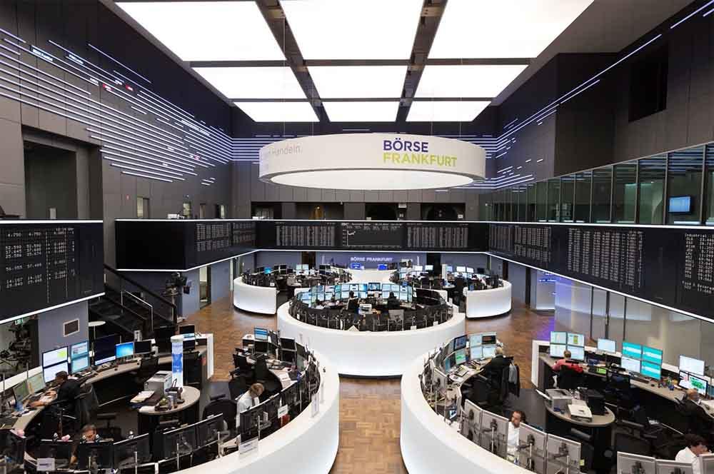 Zu sehen sind Händler an ihren Terminals im Handelssaal der Frankfurter Börsedie wichtigsten Handelsplätze weltweit