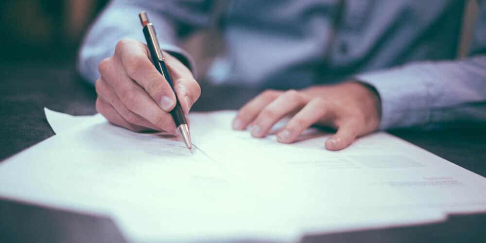Depotwechsel: Symbolbild unterschreibender Mann