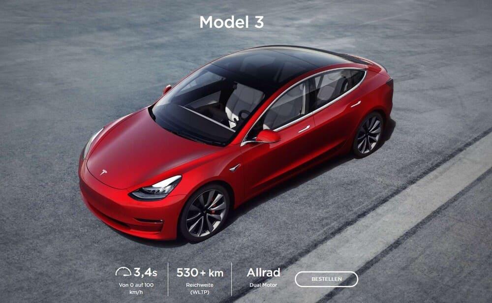 Tesla Model 3 der Top-Allrader in rot auf asphaltiertem Platz