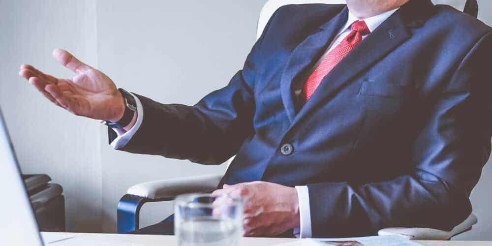 Aktiendepot übertragen: Symboldbild Mann im Anzug