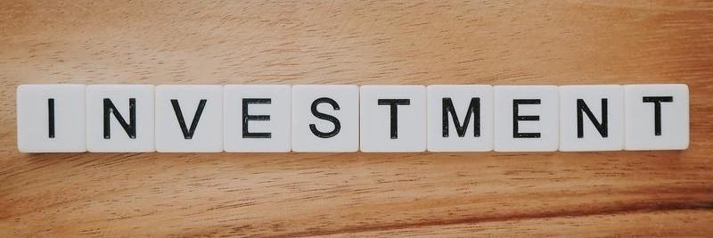 Fonds Investmentoption - Würfel mit Buchstaben formen den Begriff Investment