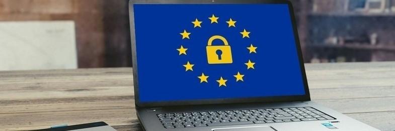 Laptop mit EU Logo und Schloss Symbol - CFD Broker ohne Nachschusspflicht