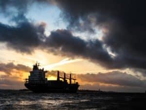 frachtschiff transportiert öl über das meer