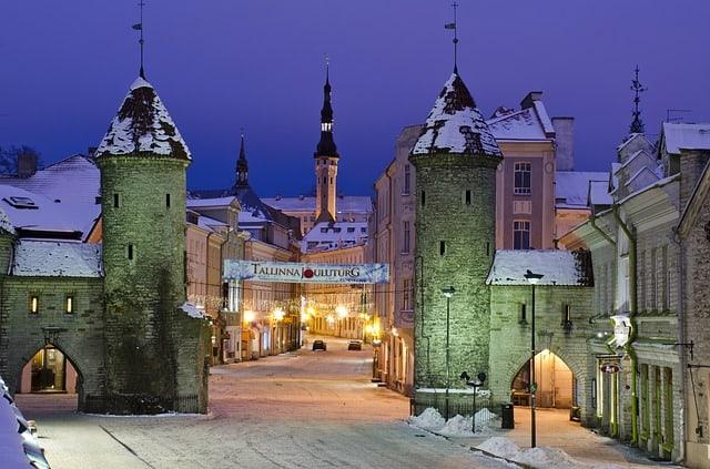 Blick auf die verschneite Altstadt mit Stadttürmen von Tallinn.