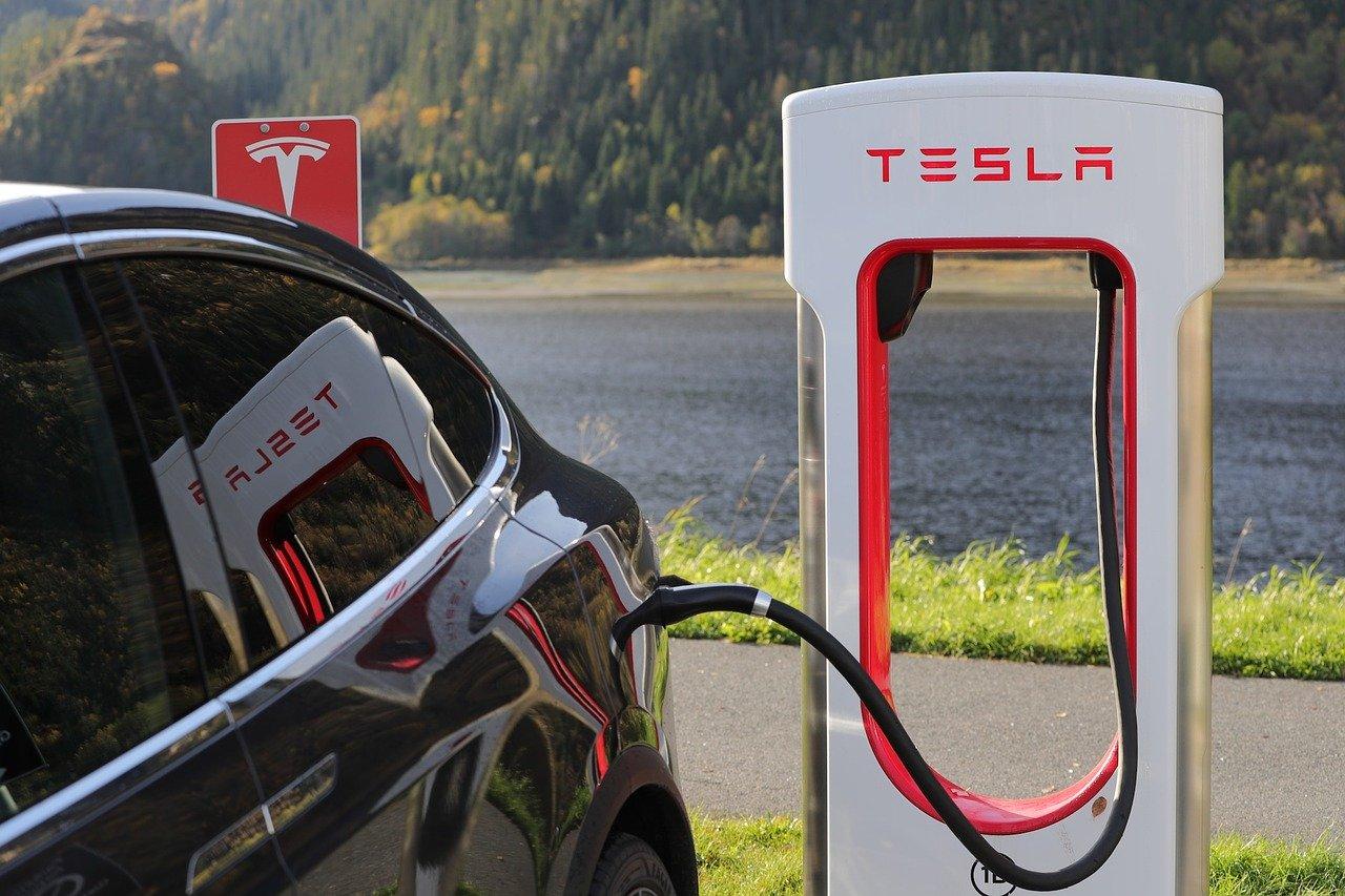 tesla aktie kaufen elektroauto aufladen