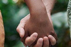 Zwei Personen Händchen halten