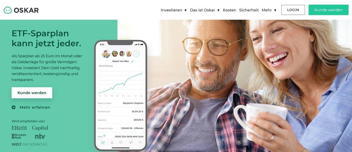 Ein Mann und eine Frau mit Kaffeetasse unterhalten sich über den Oskar Sparplan. - Finanzen.net Erfahrungen