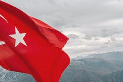 Türkei Flagge vor Berglandschaft