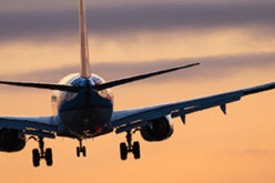 Flugzeug fliegt Sonnenuntergang entgegen - Beitragsbild Fluggesellschaften Aktien kaufen