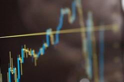 Aktienkurs auf einem Laptopbildschirm