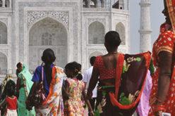 Indische Frauen gehen RIchtung Taj Mahal - Indische Aktien
