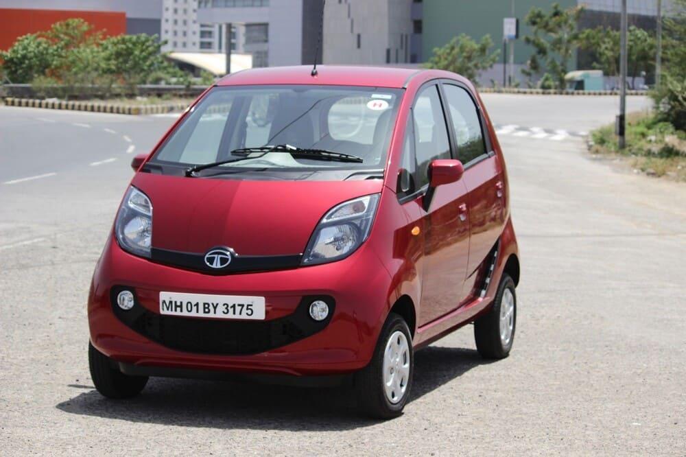 Roter Tata Kleinwagen in Vorderansicht steht auf der Straße - Indische Aktien